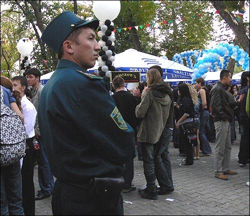 Фестиваль пива в Ташкенте. Блюститель порядка