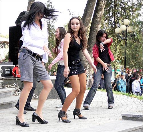 Фестиваль пива в Ташкенте. Танцы на сцене