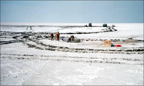 Дно Аральского моря. Aral sea. Соль трещит под ногами как лед