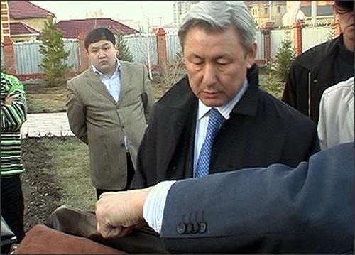 Жаксыбек Кулекеев в момент задержания во дворе собственного дома