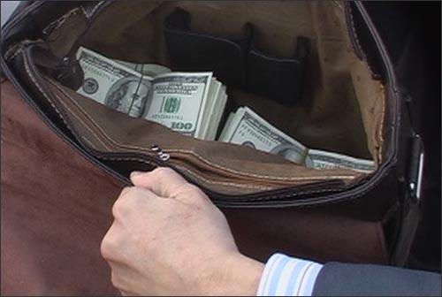 Портфель Ж.Кулекеева с деньгами, предположительно, взяткой