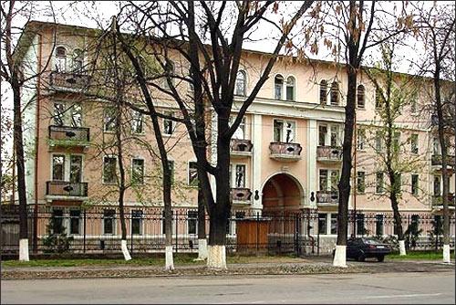 Сталинский дом, разрушенный властями