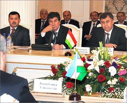 Представители Таджикистана с интересом слушают узбекских партнеров