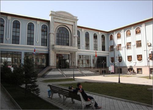Фасад здания университета Дружбы народов имени Алима Батырова (Джалалабад)