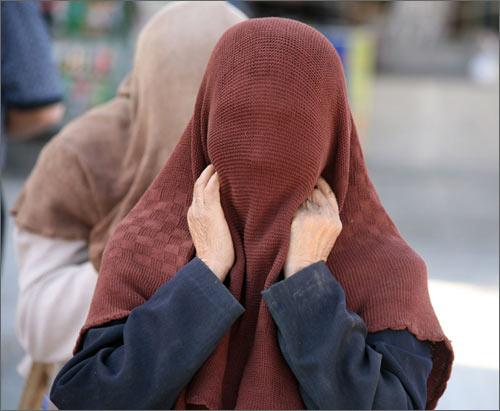 Уйгурка под традиционным лицевым покрывалом