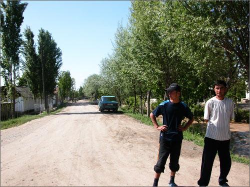 500 метров этой дороги от моста, где сделан снимок, принадлежит Узбекистану