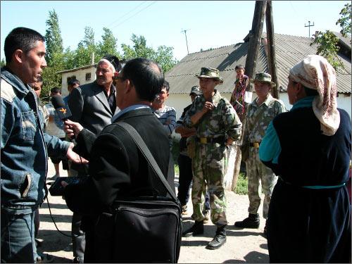 За встречей жителей с журналистами наблюдают вооруженные пограничники