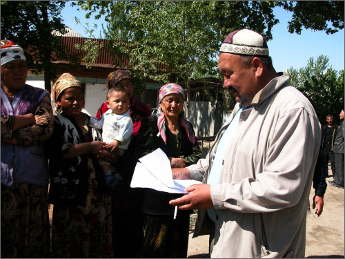 Манап Божоев зачитывает жителям текст письма к президенту