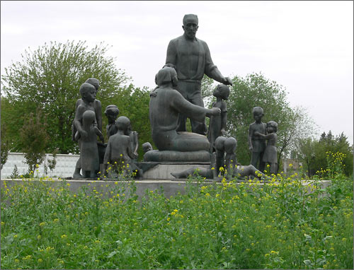 The picture of the monument, replaced to the suburb of Tashkent (April 2009)