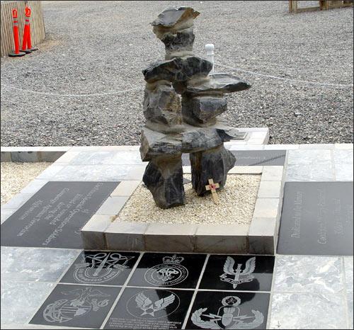 В честь всех канадских военных, погибших и раненых в Афганистане. Мемориал на базе в Кандагаре
