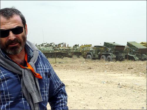 Автор статьи – на фоне советской техники, оставленной в Афганистане
