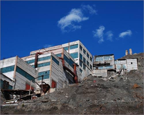 Поселок Ак-Тюз. Корпуса заброшенной горнообогатительной фабрики