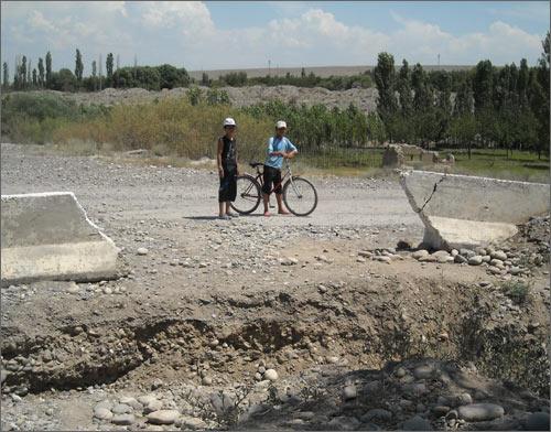 Детям границу переходить разрешается. Даже с велосипедами
