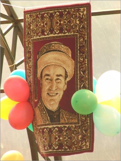 Портрет Ага хана, вышитый на памирском ковре