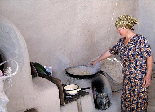 Кумуш готовит обед