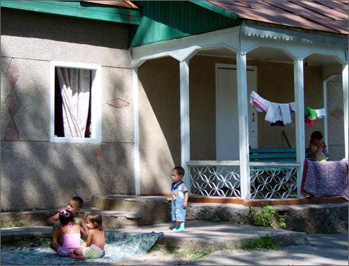 Дети возле входа в  полулюкс