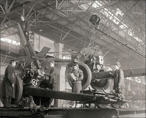 Сборка артиллерийских орудий на Урале во время Великой Отечественный войны