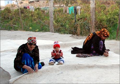 Женщины сшивают войлоки для юрты