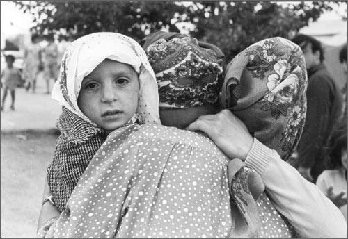 Фергана, 1989 г. Турки-месхетинцы, пострадавшие от погромов. Фото Бориса Юсупова