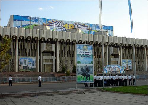 Милиция перед дворцом Истиклол (бывш. Дружбы народов)