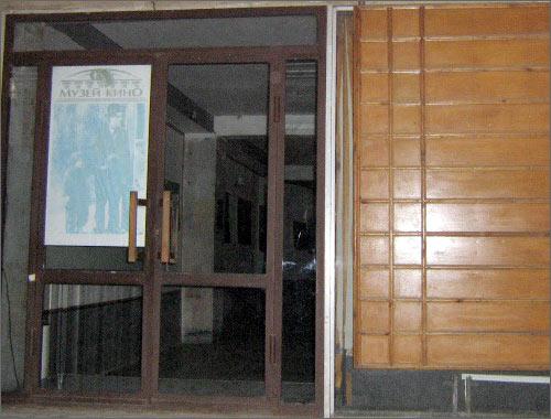 Закрытые двери Музея кино в Ташкенте