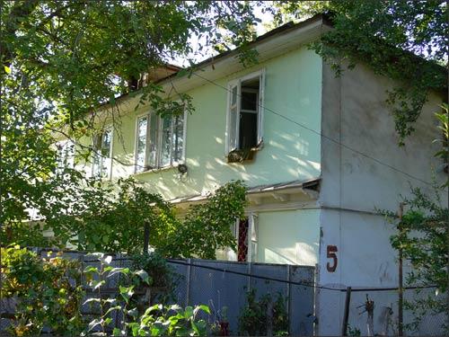Дом 5, окна над палисадником