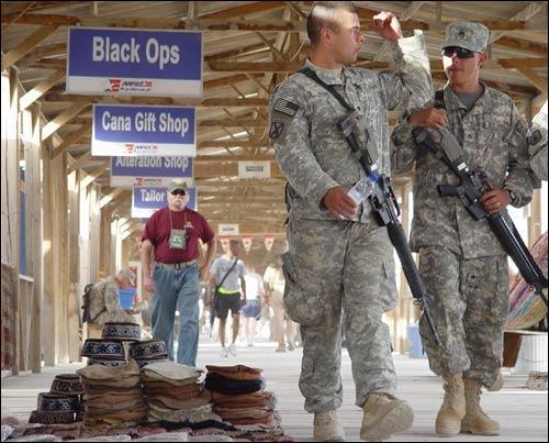 Иностранные солдаты на военной базе в Кандагаре