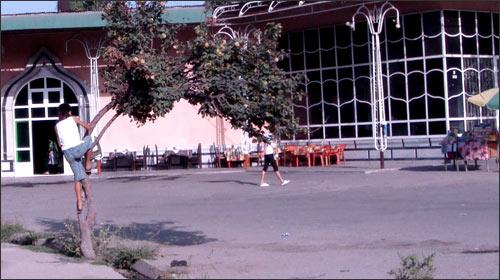 Андижан, ул. Наби Ахунова (стык с ул. А.Фитрата), кафе национальных блюд Барокат. Здесь, в центре прямой - от мальчика на деревце, до дверей кафе, в 14:00 прогремел второй взрыв