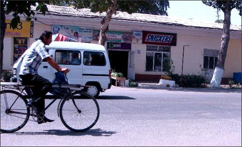 Андижан, ул. Абдурауфа Фитрата, продовольственный магазин Ал-Мансур. Здесь, в 13:45, на тротуаре перед надписью «Сникерс», прогремел первый взрыв