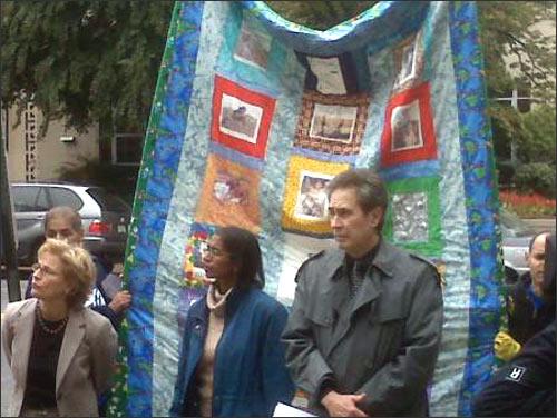 Участники пикета на фоне лоскутного одеяла