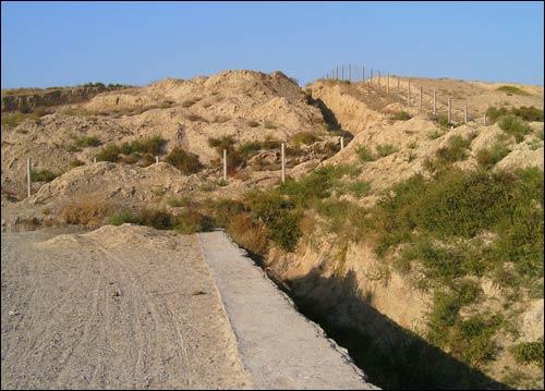 Так выглядят некоторые участки границы между Узбекистаном и Таджикистаном