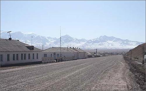 Дорога из Бишкека в Ош, по которой в сторону Китая отправился Дуглас