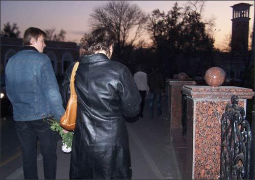 Участники акции прошли вокруг ограды Сквера