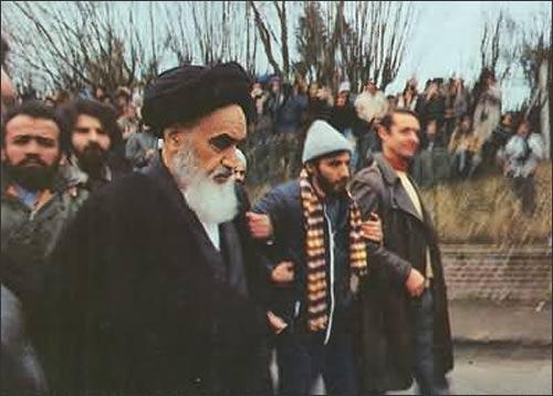 Аятолла Хомейни во Франции за несколько дней до возвращения в Тегеран, 1979 г.
