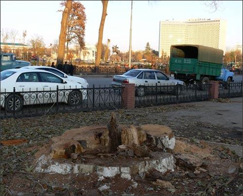 На заднем плане – памятник Амиру Тимуру в центре уничтоженного Сквера