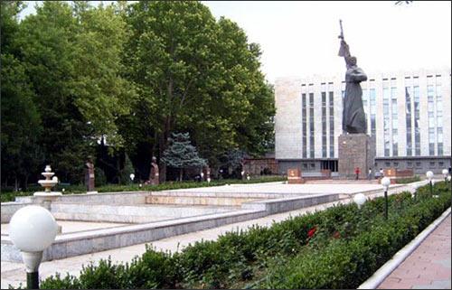 Ташкент. Монумент защитнику Родины, снесенный 22 ноября. Фото прежних лет