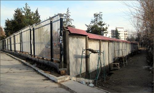Реконструируемый парк обнесли надежным забором