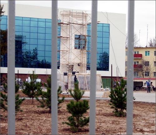 Сквозь решетку виден постамент нового памятника