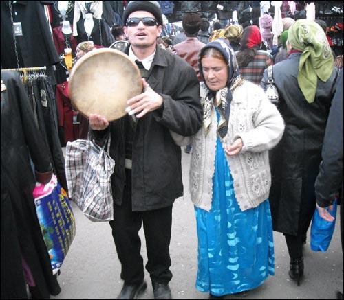 Слепые музыканты на улицах Худжанда