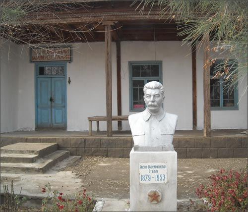 Todavia quieren a Lenin y Stalin en Kirguistán Stalinisty2