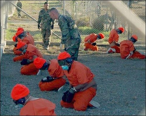 Заключенные после прибытия на базу Гуантанамо в 2002 году