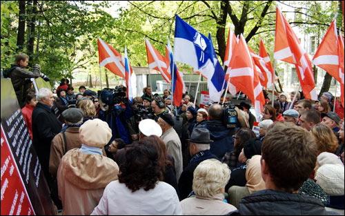 Пикет «Наших» возле дома московского правозащитника Александра Подрабинека собирал гораздо больше народу