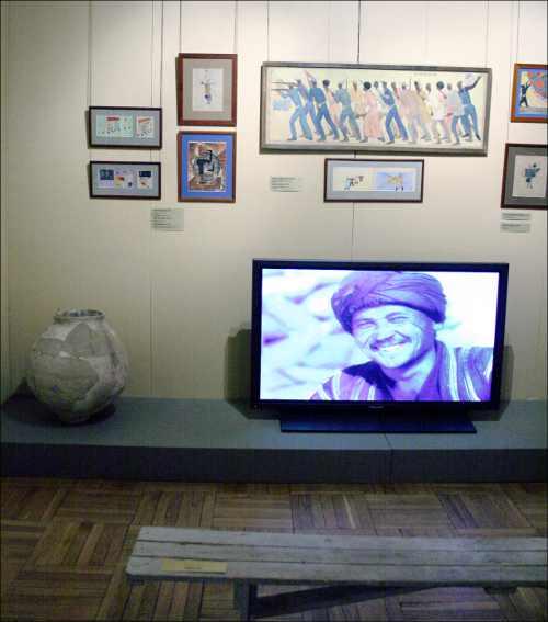 Один из залов выставки напоминает кишлачный клуб. Здесь показывают редкие документальные кадры