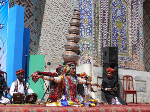 Выступление фольклорной группы Дхарохар