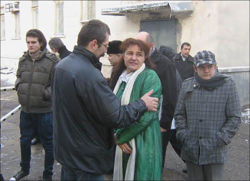Олег Карпов (спиной) и Умида Ахмедова перед началом судебного заседания