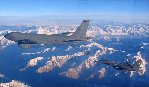 Американцы заправляют свои самолеты прямо в воздухе - над киргизскими горами