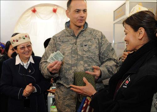 Американские гости охотно покупают произведения киргизского народного творчества