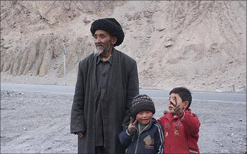 Таджик-пастух с внуками