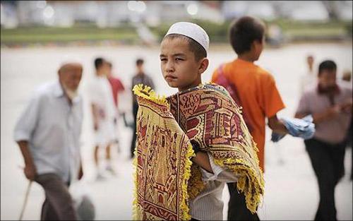 В Синьцзяне. Мальчик-уйгур продает молитвенные коврики