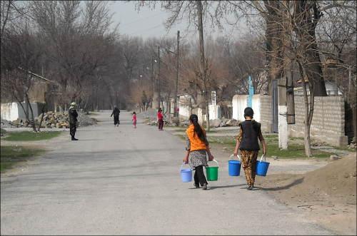 Девушки с. Плотина носят воду ведрами